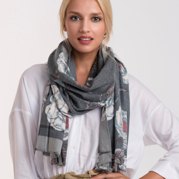 Floral print scarf. 35% cotton and 65% polyester.