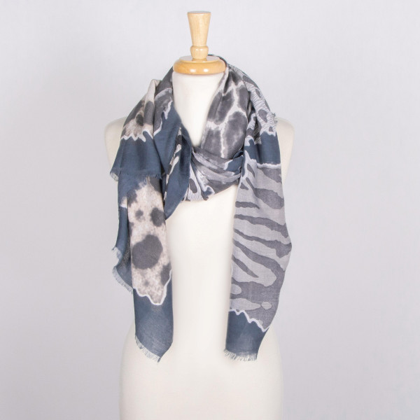 Animal print scarf. 100% viscose.