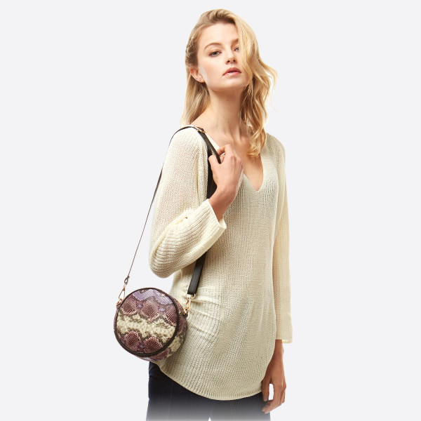 """Round faux leather snakeskin crossbody bag/fanny pack featuring two inside pocket details.  - Approximately 7"""" in diameter - 100% PU"""