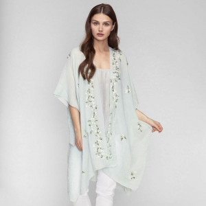 Lightweight, short sleeve kimono with floral embroidery. 35% viscose and 65% polyester.